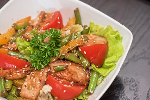Warm salad with chickenの写真素材 [FYI00779872]