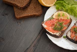 Sandwich with salmon for breakfastの写真素材 [FYI00779926]