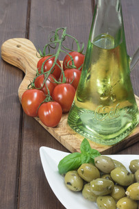 Olives, tomatoes and olive oil. Vertically.の写真素材 [FYI00779935]