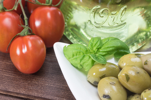Olives, tomatoes and olive oilの写真素材 [FYI00779970]