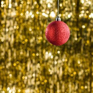 Red Christmas tree baubleの素材 [FYI00779993]