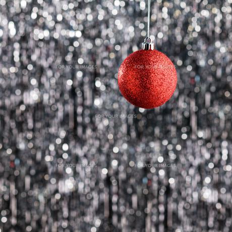 Red Christmas tree baubleの素材 [FYI00779997]