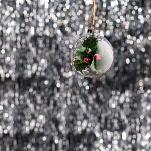 Green glass Christmas baubleの素材 [FYI00780003]