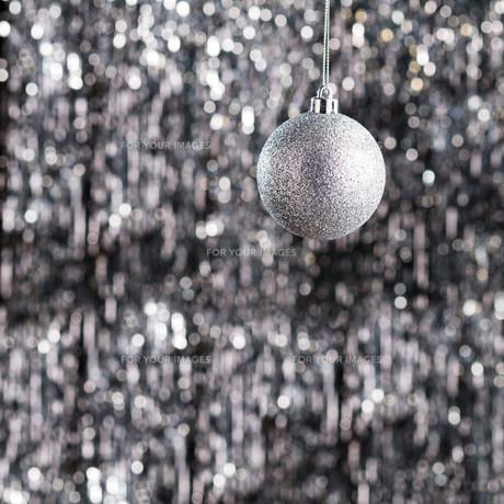 Silver christmas tree ornamentの素材 [FYI00780007]