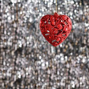 Red heart christmas ornamentの素材 [FYI00780008]