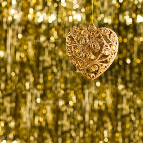 Gold heart christmas ornamentの素材 [FYI00780010]