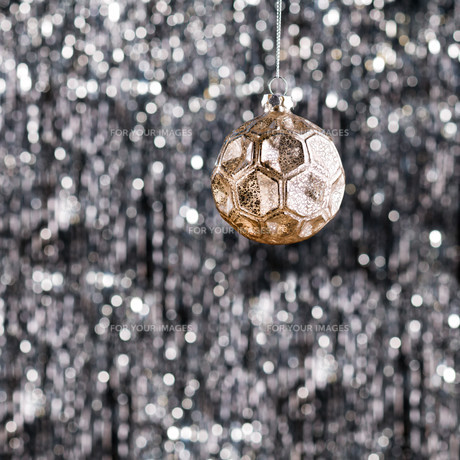 Gold Christmas tree baubleの素材 [FYI00780022]