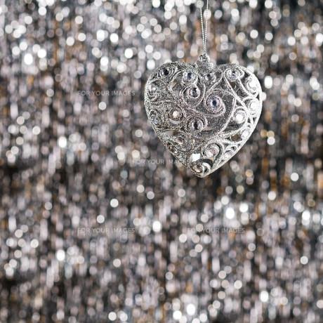 Silver heart christmas ornamentの素材 [FYI00780027]