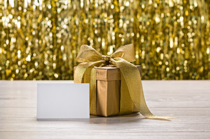 Gold present and place cardの素材 [FYI00780064]