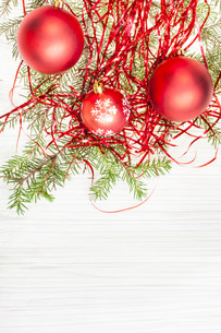 three red Xmas balls and twig on blank paperの写真素材 [FYI00780305]