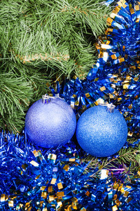 blue violet Christmas baubles, tinsel, Xmas tree 7の写真素材 [FYI00780332]