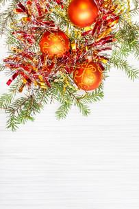 three orange Xmas baubles and twig on blank paperの写真素材 [FYI00780349]