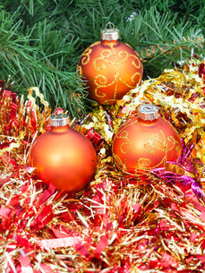 orange Christmas balls, red tinsel on Xmas tree 7の写真素材 [FYI00780379]