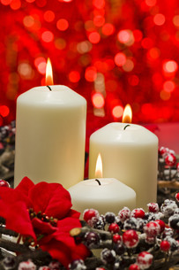 White candles in autumn winter decorationの素材 [FYI00780490]