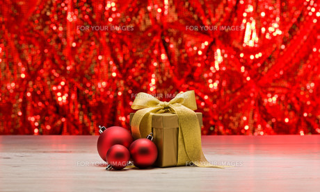 Gold present with red baubleの素材 [FYI00780507]