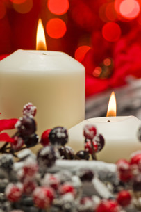 White candles in autumn winter decorationの素材 [FYI00780540]