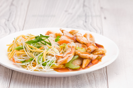 Teriyaki Chicken with Noodlesの写真素材 [FYI00780546]