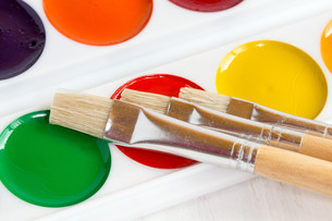 Palette of watercolor paints with paint brushesの写真素材 [FYI00780596]