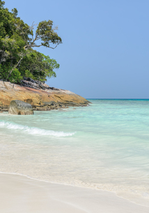 White sand beach of tropical crystal clear water at Tachai island, Thailandの写真素材 [FYI00780605]