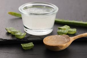 aloe vera juice with fresh leavesの写真素材 [FYI00780672]