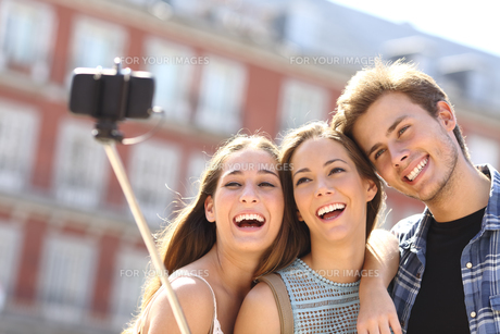 Group of tourist friends taking selfie with smart phoneの写真素材 [FYI00780729]