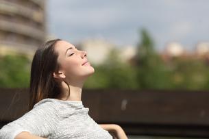 Urban woman breathing deep fresh airの写真素材 [FYI00780733]