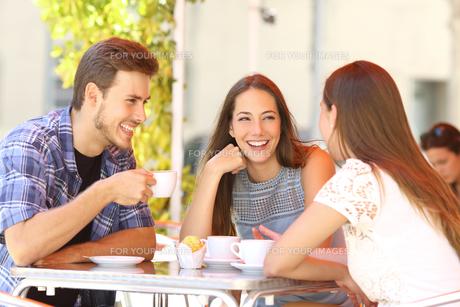 Friends talking in a coffee shop terraceの写真素材 [FYI00780735]