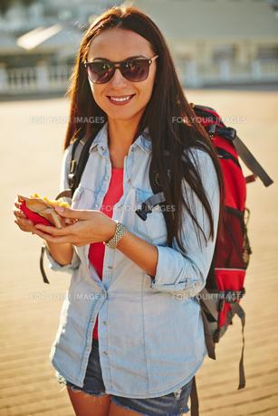 Traveler with snackの写真素材 [FYI00780806]