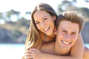 Couple with perfect smile posing on the beachの写真素材 [FYI00780920]