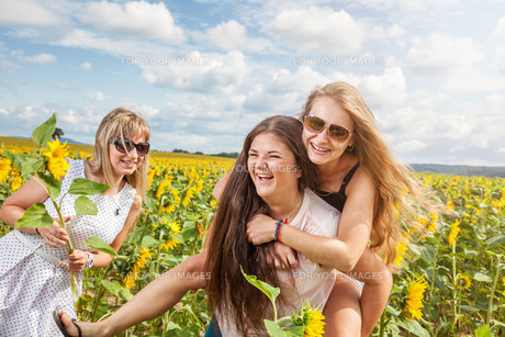 Three friends having a good time outdoorsの写真素材 [FYI00780965]