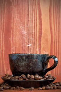 Cup of  coffee on a brown background with coffee beansの写真素材 [FYI00780996]