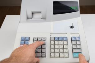 Person Hands On Cash Registerの写真素材 [FYI00781032]