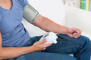 Man Measuring His Blood Pressureの写真素材 [FYI00781049]