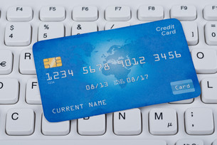 Credit Card Over Computer Keyboardの写真素材 [FYI00781051]