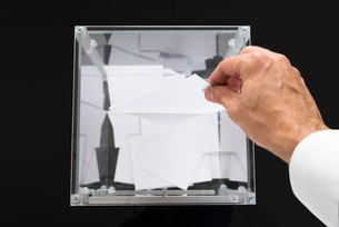 Person Hands Putting Voting Ballot In Boxの素材 [FYI00781052]