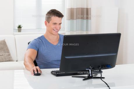 Man Using Desktop Computerの写真素材 [FYI00781057]