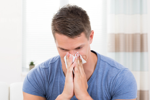 Man Sneezing In Tissue Paperの写真素材 [FYI00781089]
