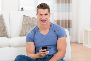 Man Using Mobile Phoneの写真素材 [FYI00781092]