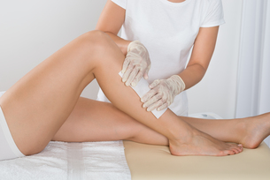 Beautician Waxing Leg Of Womanの写真素材 [FYI00781096]
