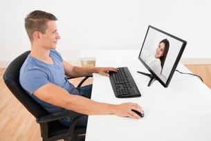 Man Videochatting On Computerの写真素材 [FYI00781108]