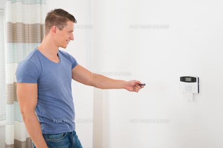 Operating Security Door Systemの写真素材 [FYI00781110]
