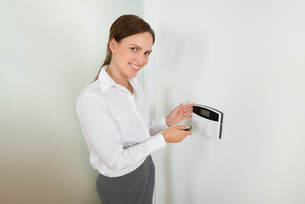 Businesswoman Operating Door Security Systemの写真素材 [FYI00781115]