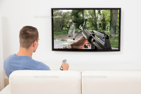 Man Playing Computer Game On Televisionの写真素材 [FYI00781118]