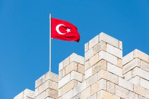 turkish flag on fort battlementsの写真素材 [FYI00781142]