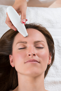 Person Giving Microdermabrasion Therapy To Womanの写真素材 [FYI00781159]