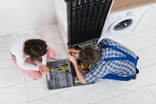 Repairman Repairing Refrigeratorの写真素材 [FYI00781237]