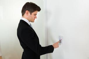 Businessman Using Door Security Systemの写真素材 [FYI00781276]