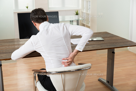 Businessman Suffering From Backache At Deskの写真素材 [FYI00781278]