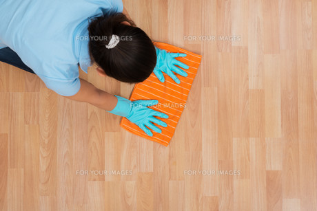Woman Rubbing Wooden Floor With Clothの写真素材 [FYI00781279]