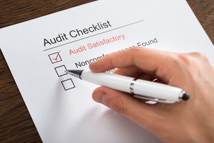 Person Filling Audit Checklist Form At Deskの写真素材 [FYI00781319]